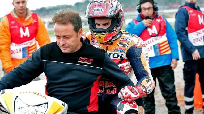 Valencia, Marc Marquez rientra ai box dopo la caduta (Ansa)