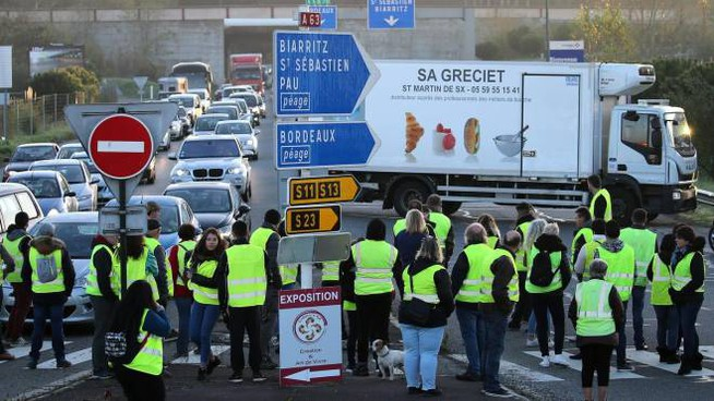 Gilet gialli danno vita a un blocco stradale (Ansa Ap)