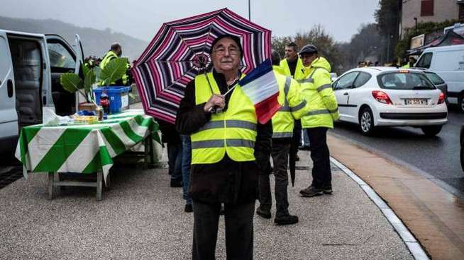 Gilet gialli in Francia contro al caro carburanti (Lapresse)