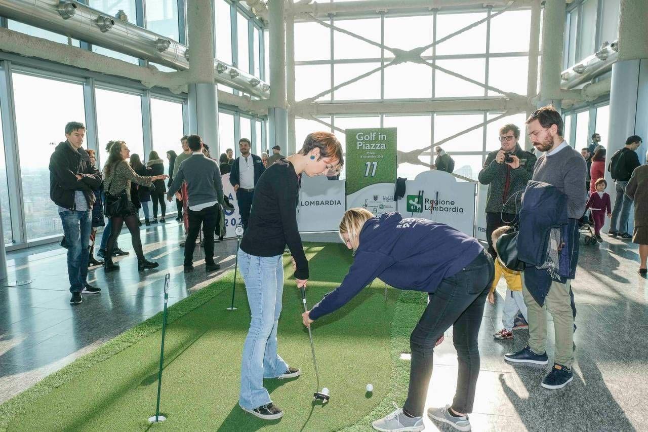 Milano, tutti pazzi per il golf: famiglie e sportivi in piazza