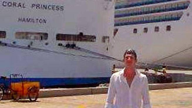 Angelo Faliva davanti alla nave
