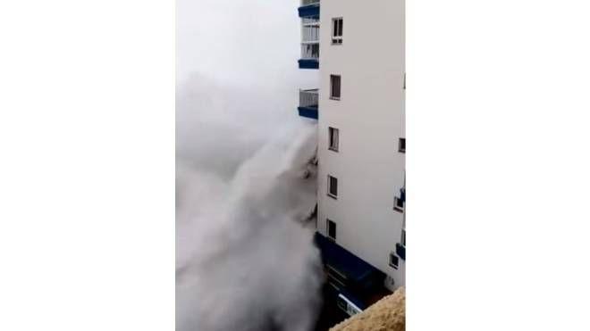 Tenerife, le onde distruggono i balconi di un'edificio (YouTube)