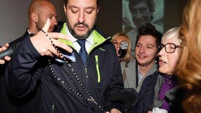 Salvini col rosario che gli ha regalato una signora (Dire)