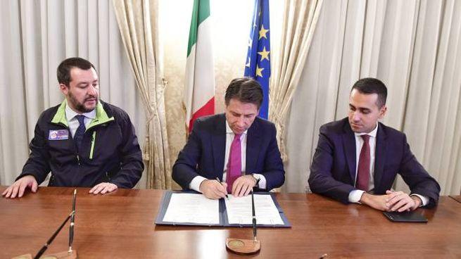Salvini, Conte e Di Maio alla firma del protocollo a Caserta (Lapresse)
