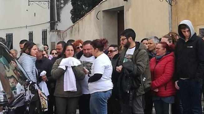 La madre di Giuseppe Marchesano riceve una maglia dagli amici