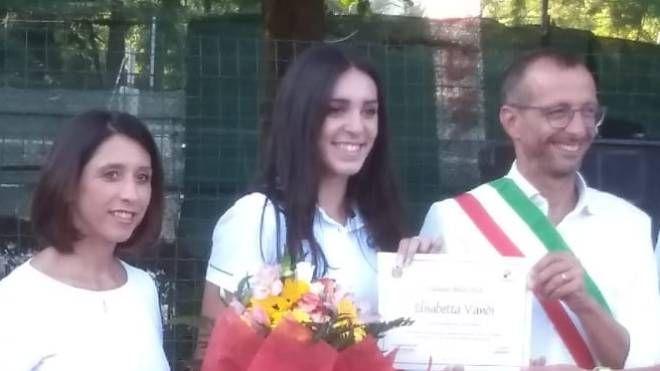 Elisabetta Vandi tra l'assessore Della Dora e il sindaco Ricci, con l'omaggio floreale