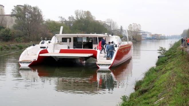 Il catamarano Ice Cat 67 sul Po