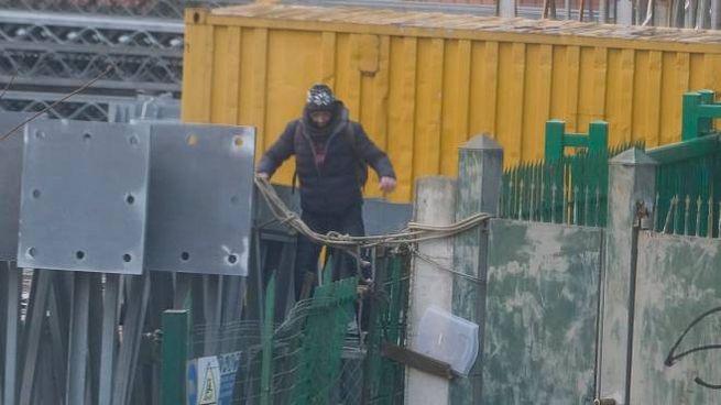 Gli operai sono intervenuti con una soluzione tampone per evitare il passaggio dei tossici (Newpress)