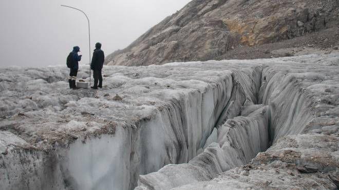 Ricercatori misurano la ritirata del ghiacciaio Baishui, in Cina (Ansa)