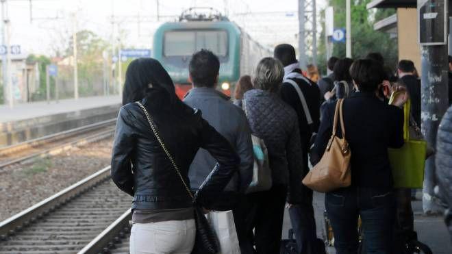 Pendolari in attesa del treno (Foto di archivio)
