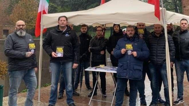 Rovigo, i rappresentanti di CasaPound davanti al gazebo in piazza Matteotti