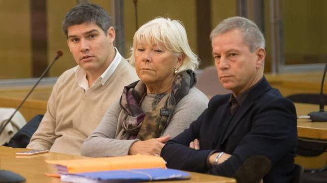 La famiglia di Giulia Ballestri durante  il processo:  da sinistra Guido, il fratello di Giulia, la madre Rossana Marangoni e l'avvocato Giovanni Scudellari