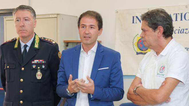 Il comandate Pietro Curcio, il sindaco Roberto Di Stefano e Carmelino La Grotteria
