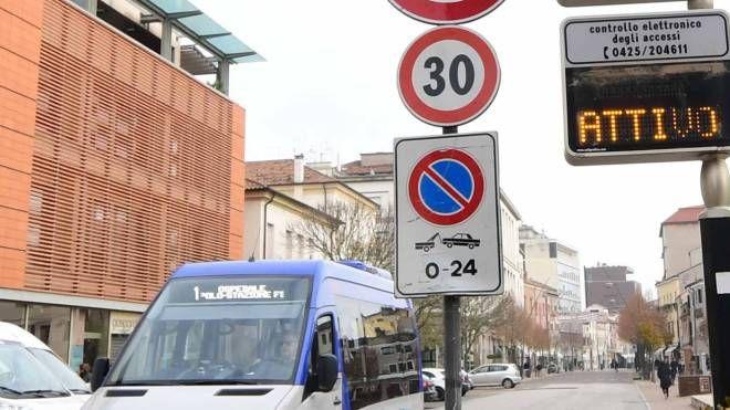 Il varco elettronico in Corso del Popolo attivo (foto Donzelli)