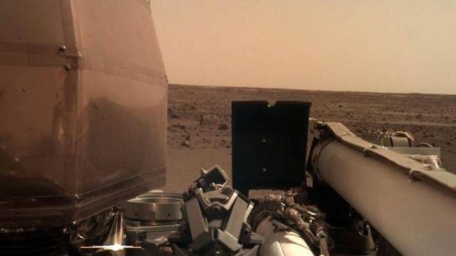 Il primo 'selfie' di InSight, il lander della Nasa su Marte (Ansa)