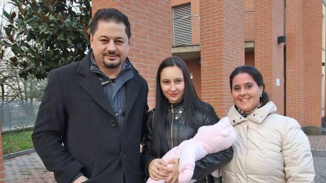 La coppia di genitori con la bimba e la vicina di casa (Mdf)