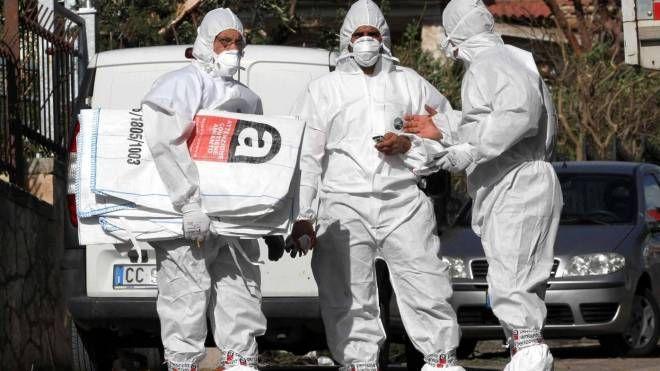 Operai e tecnici comunali al lavoro per smaltire l'amianto