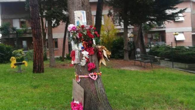 Fiori e biglietti in ricordo di Pamela davanti casa di Oseghale