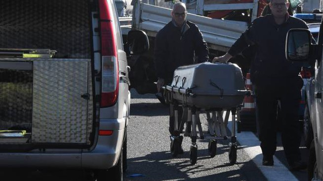 Il cadavere di Simone Masetti portato via subito dopo lo schianto in A12