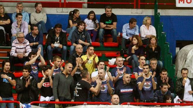Il pubblico assiste a una partita al Palaterme
