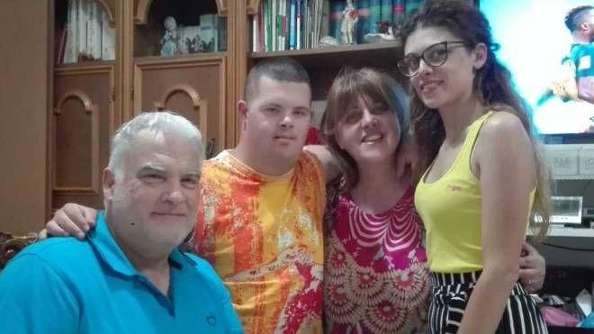 Romeo con i genitori Romano e Antonietta e con la sorella Romina che gli è particolarmente affezionata. Nelle foto piccole Romeo da piccino e in versione sportiva