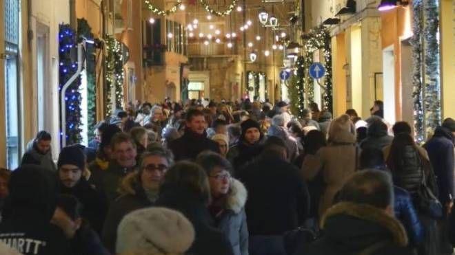 Fano, il centro storico pieno di gente nel periodo natalizio