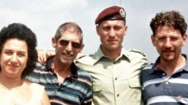 Emanuele Scieri in divisa con i genitori e il fratello Francesco