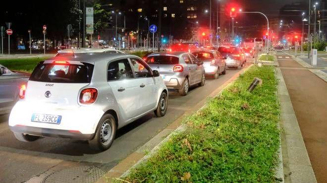 Le lunghe code di auto all'ora di punta (Newpress)