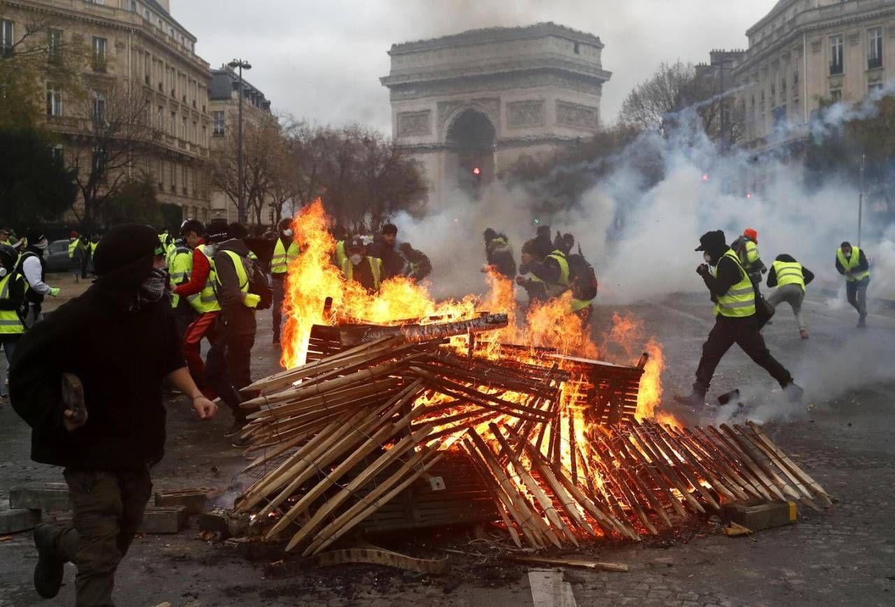 I gilet gialli infiammano Parigi