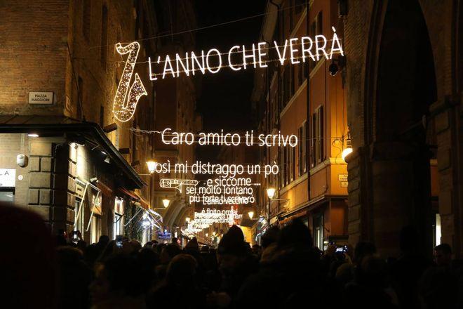 Bologna le foto delle luminarie dedicate a lucio dalla cosa fare