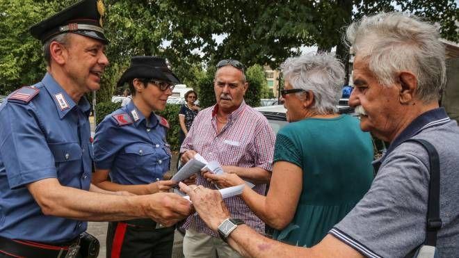 I carabinieri impegnati in una campagna di prevenzione delle truffe (foto d'archivio)