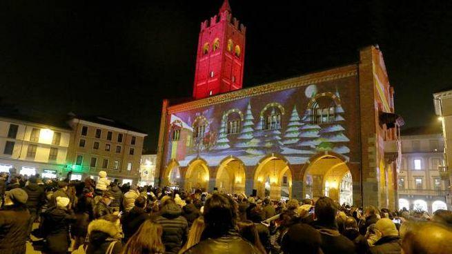 L'antico  Palazzo comunale vestito a festa in mezzo alla folla che ha preso d'assalto il centro per la cerimonia