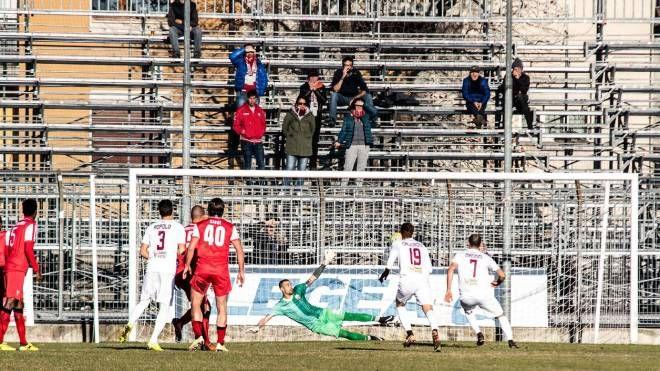 Cuneo-Pontedera, Mannini segna il rigore del vantaggio (foto LaPresse)