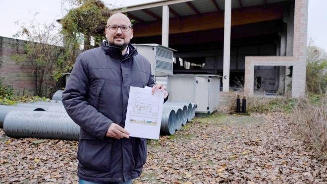 Il sindaco Simone Negri mostra il progetto della nuova piscina