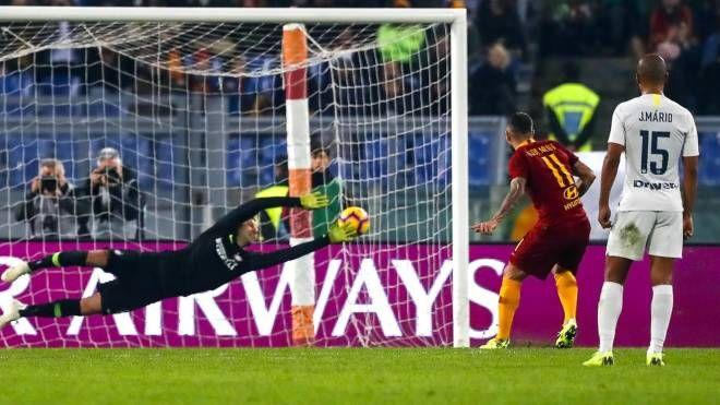 Roma-Inter, il rigore del 2-2 finalizzato da Kolarov (Ansa)