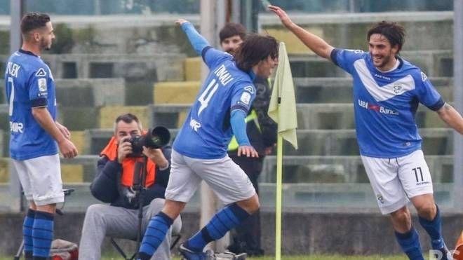 Ernesto Torregrossa e Sandro Tonali esultano per i gol che hanno steso il Livorno