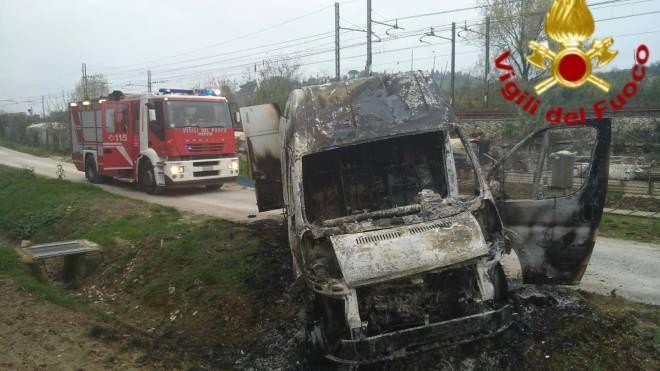 Il Ducato dato alle fiamme in via Acquabona a Pesaro