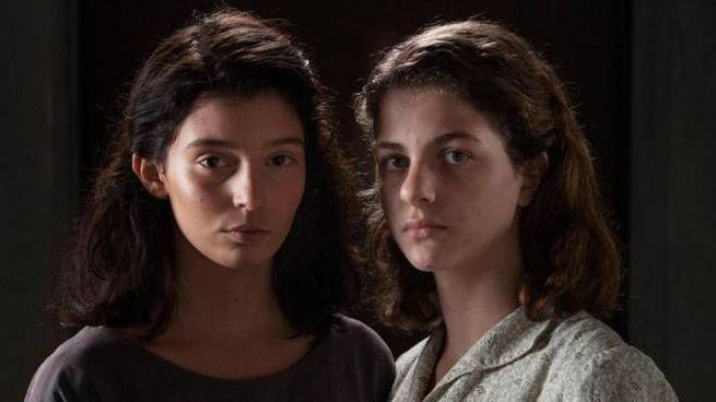 Gaia Girace (sx) e Margherita Mazzucco nella fiction 'L'amica geniale' (Ansa)