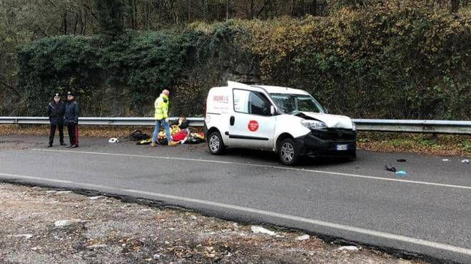 L'incidente tra un furgone di migranti e alcune auto (Ansa)