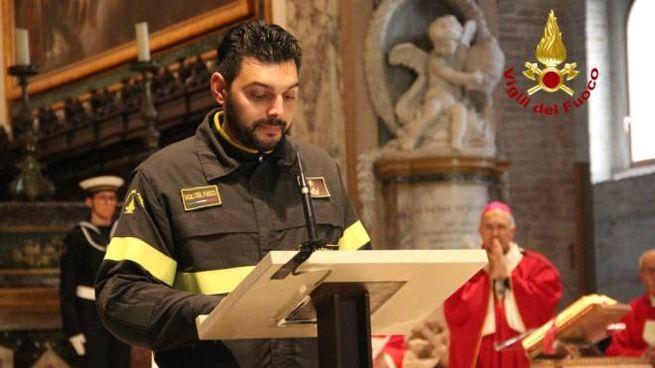 La lettura del vigile del fuoco, questa mattina, al Duomo