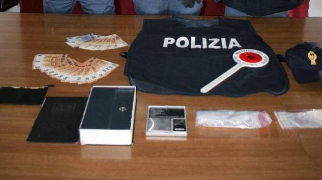 Droga e material vario sequestrato dalla polizia