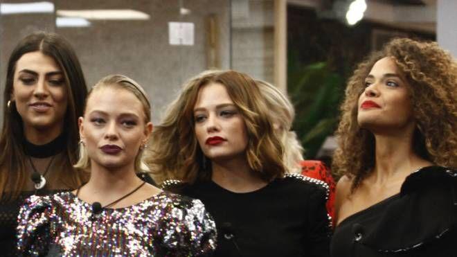 Al centro, le gemelle Provvedi nella casa del Grande Fratello Vip 3 (EndemolShine Italy)