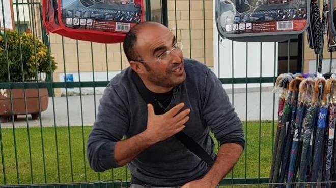 Mustafa El  Aoudi, il venditore ambulante marocchino che ha salvato la dottoressa (Ansa)