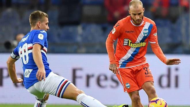 Filippo Costa in azione contro Praet (Lapresse)
