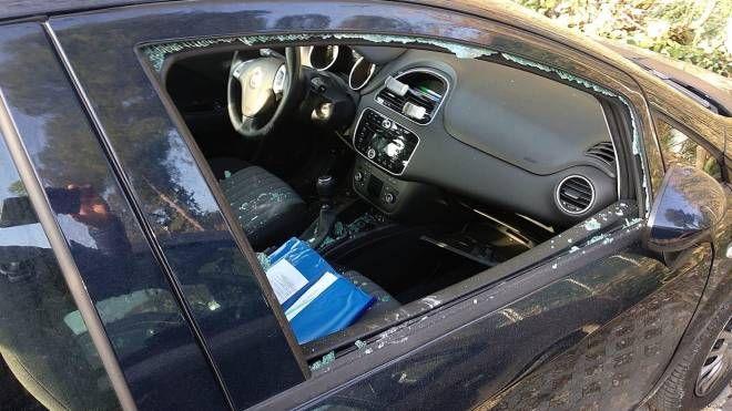 Ecco una delle numerose auto danneggiate dai vandali