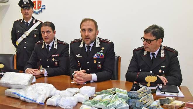 I carabinieri di Treviglio con la droga sequestrata a Castel Rozzone