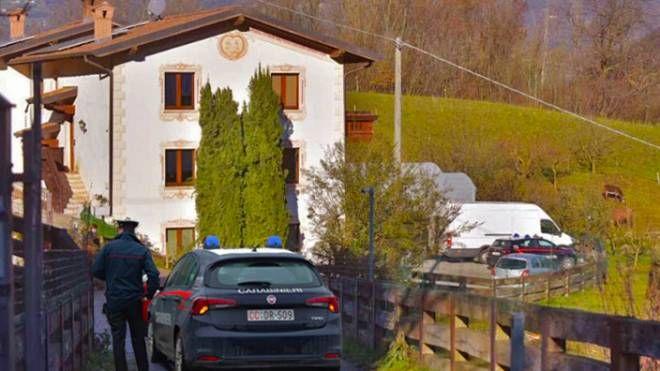 I carabinieri ad Albino davanti alla villa presa d'assalto dai rapinatori