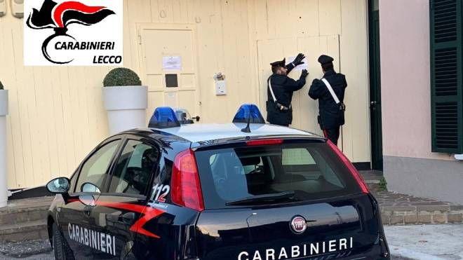 I carabinieri mentre appongono i sigilli