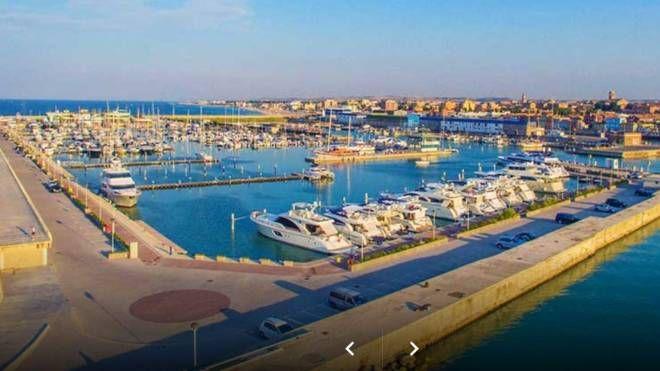 Una visione panoramica del porto Marina dei Cesari