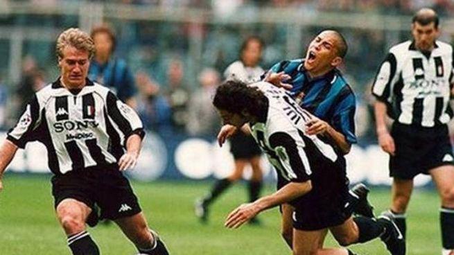 Il contatto fra Iuliano e Ronaldo in Juventus-Inter del 1998